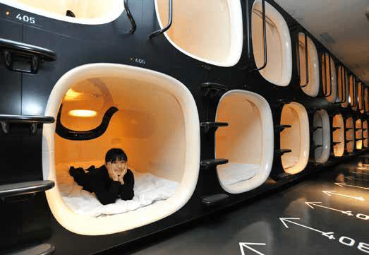 """Hotel kapsułowy """"9 Hours Capsule Hotel"""" w Kioto (Japonia)."""
